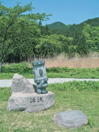 記念碑(写真手前)と記念像(左秋田市上下水道局マスコットキャラクター「かんちゃん」)